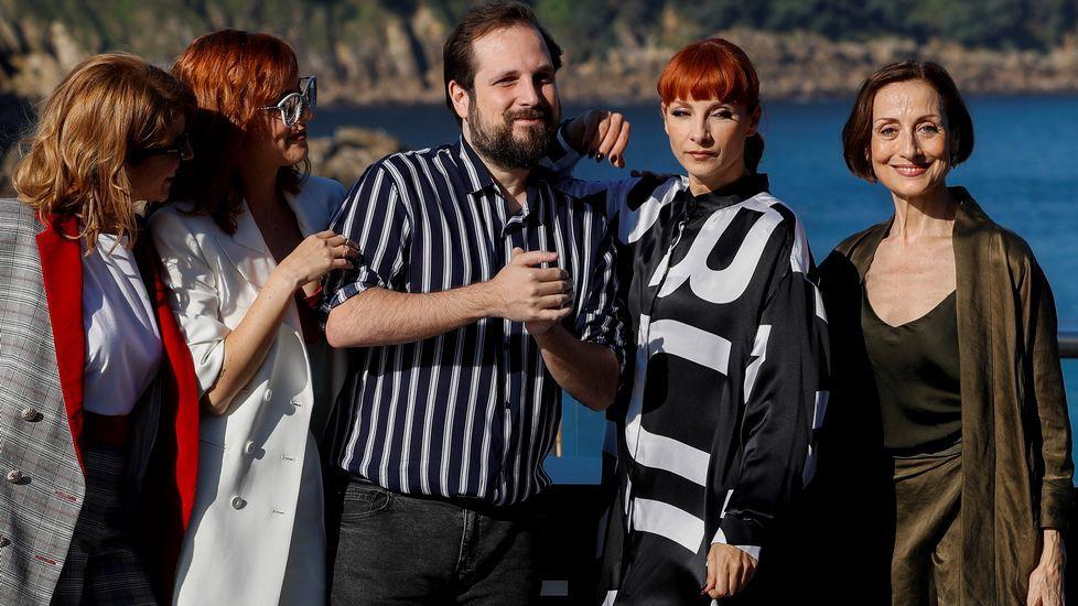 Carlos Vermut, junto a Najwa Nimri y otras actrices de su película.