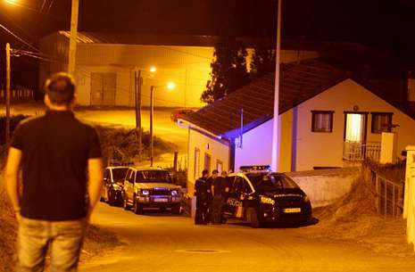 Sara Carbonero en «La Jugada».Varios coches de policía, en el lugar de los hechos, en la parroquia de Guillán.