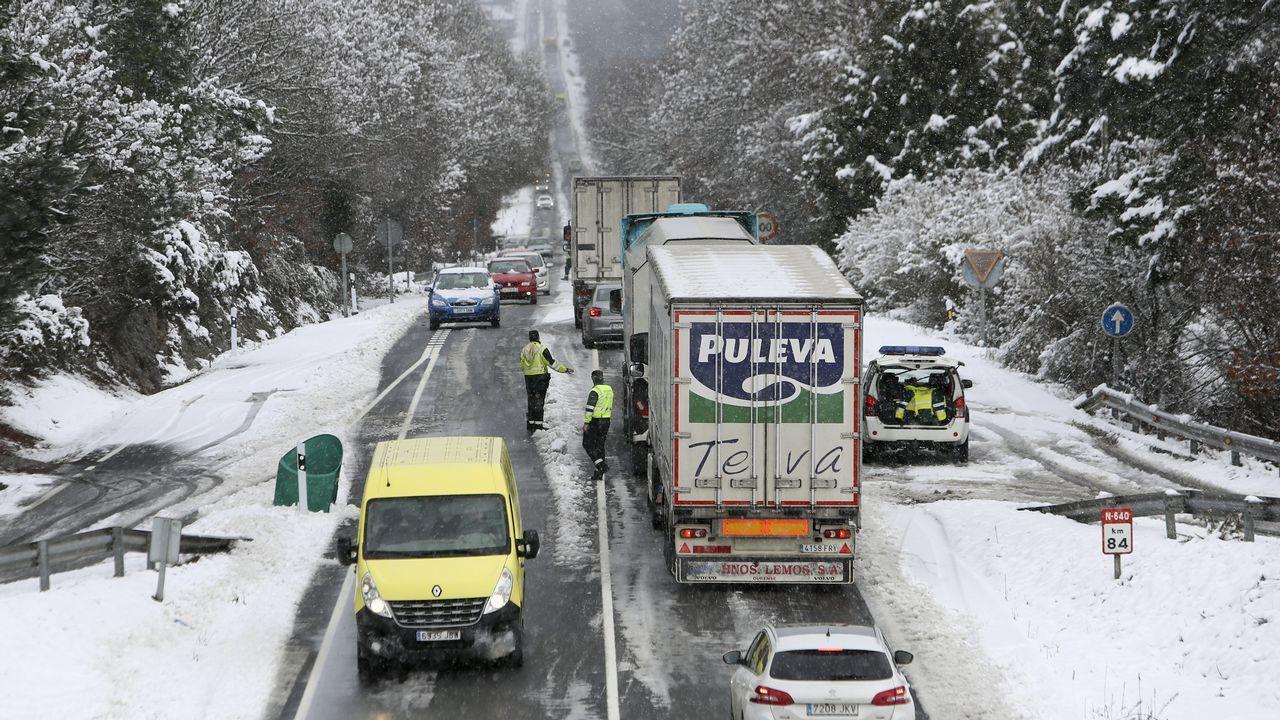 La nieve dificulta la circulación por la N-640 a la altura del kilómetro 84 provocando grandes retenciones.