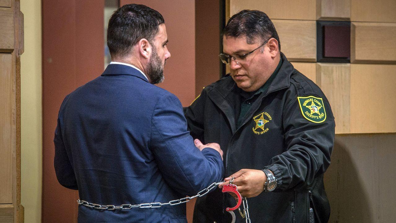 Un agente retira las cadenas y esposas a Pablo Ibar durante su cuarto juicio