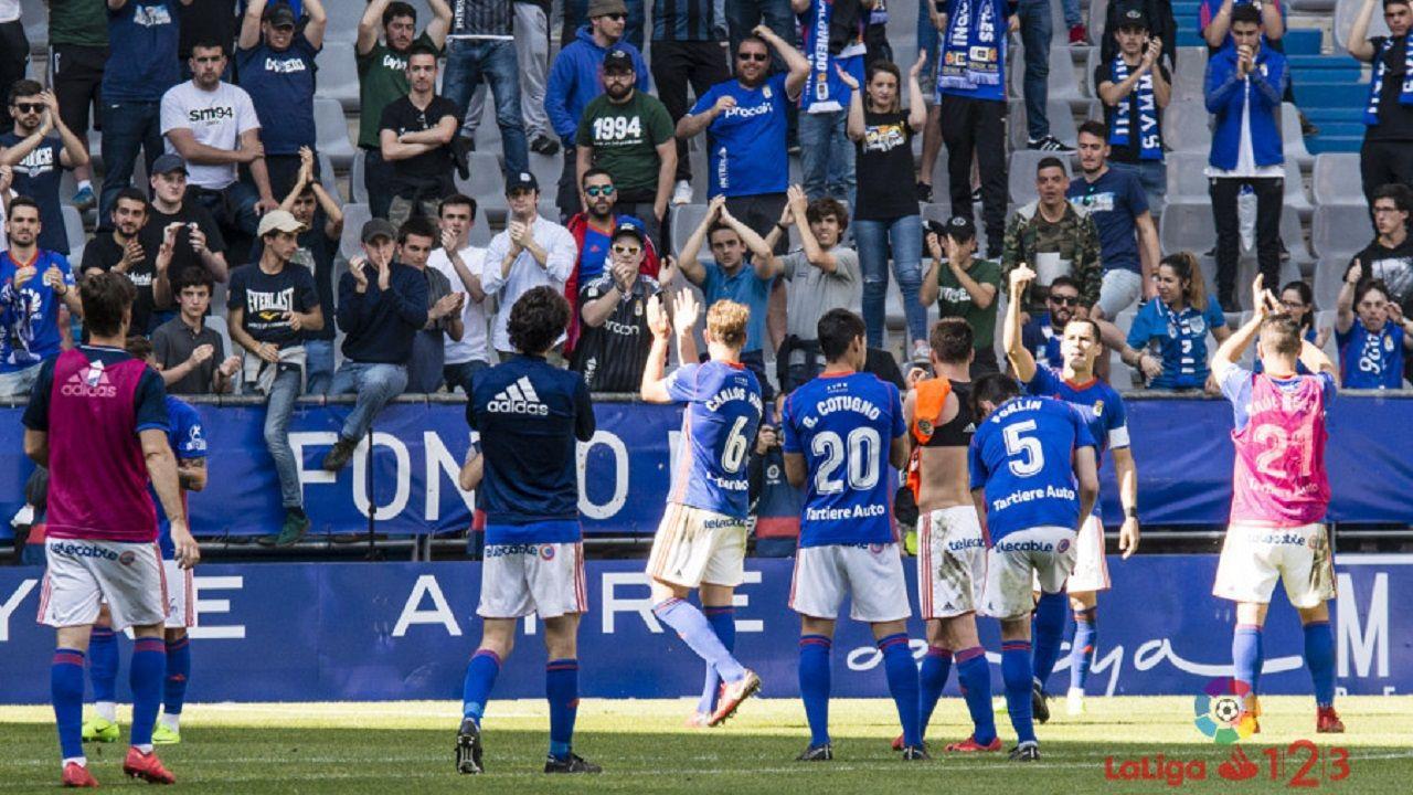Anquela entrenamiento Requexon Real Oviedo.Los jugadores del Oviedo celebran con la afición la victoria ante el Lorca
