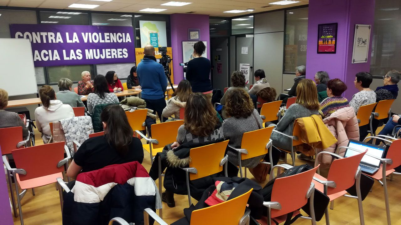 Presentación de la plataforma ?Feminismo, nin un paso atrás - Ourense? en el Liceo.Un momento de la presentación del manifiesto feminista contra VOX en Gijón