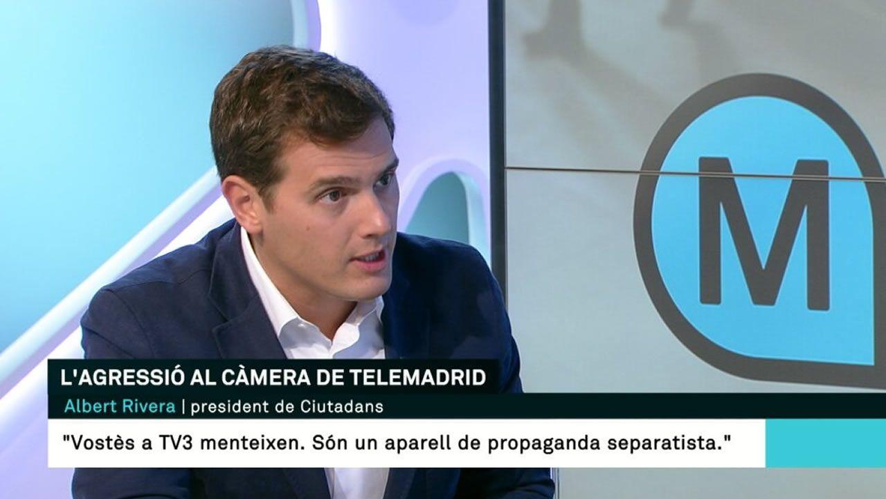 Activistas de Femen increpan a Albert Rivera a propósito de la gestación subrogada.Íñigo Errejón escucha a Daniel Ripa en Gijón