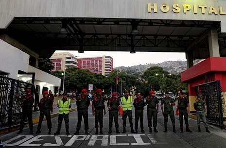 portada.Militares de la guardia presidencial custodian el hospital de Caracas donde está Chávez.