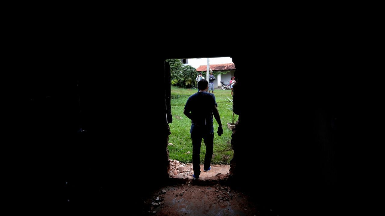 Una persona observa su casa tras el desastre