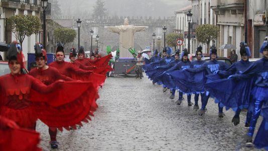 La lluvia no desluce el desfile de carnaval en Negreira