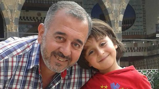 La familia de refugiados pateada por una periodista en Hungría será acogida en España