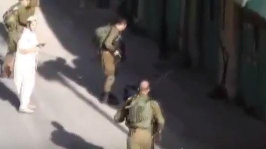Denuncian cómo soldados israelíes colocan un cuchillo al lado de un joven palestino abatido