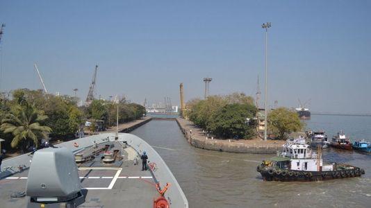 La «Cristóbal Colón» descubre Bombay en su navegación hacia Australia