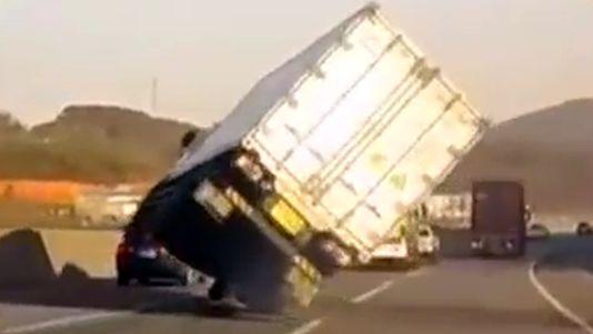 Espectacular maniobra de un camionero para no volcar