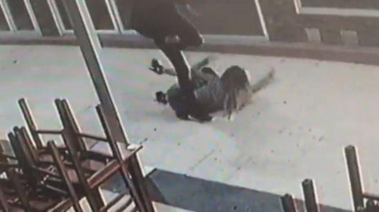 Brutal agresión con patadas y puñetazos a su novia de 17 años