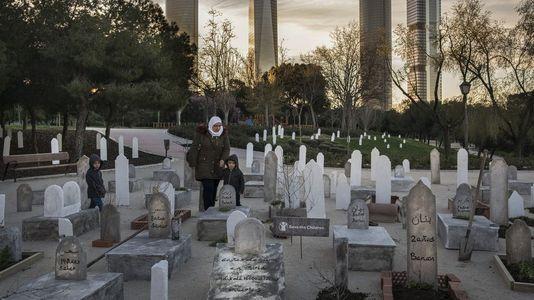 Save the Children simula un cementerio de niños sirios en un parque de Madrid