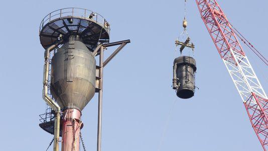 Cambiando un quemador a más de 100 metros de altura