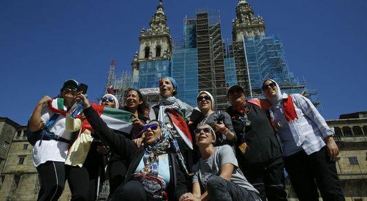 Llegada a la plaza del Obradoiro de las once peregrinas musulmanas