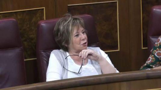 Ana Pastor llama la atención a Celia Villalobos durante el debate de la moción de censura