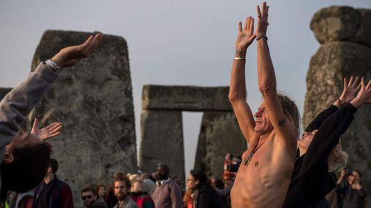 Unas 13.000 personas dan la bienvenida al verano en Stonehenge