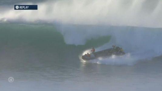 Cuando el que surfea es el barco de seguridad