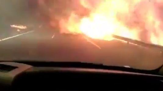 Así se encuentra un coche con las llamas de frente en la A-52