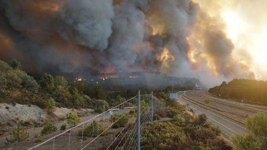 Cortadas la autovía A-52 y la N-525 por un fuego de nivel 2 que amenaza viviendas en Verín