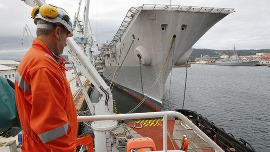 Entramos en el remolcador que llevará al «Príncipe de Asturias» hasta Turquía