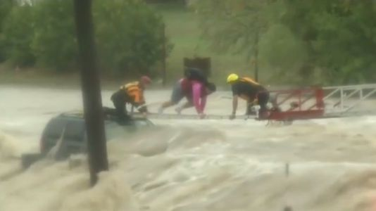 Así rescataron los bomberos a un conductor atrapado por las riadas en Texas