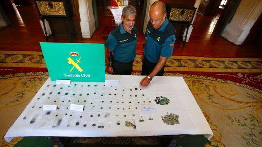 La Guardía Civil investiga en Vigo el destino de dos mil monedas expoliadas en Murcia