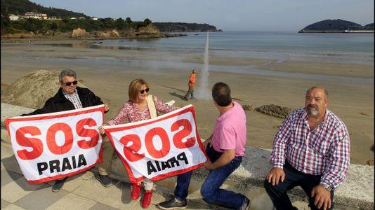 Fuegos artificiales para celebrar el trasvase de arena de la playa de Covas