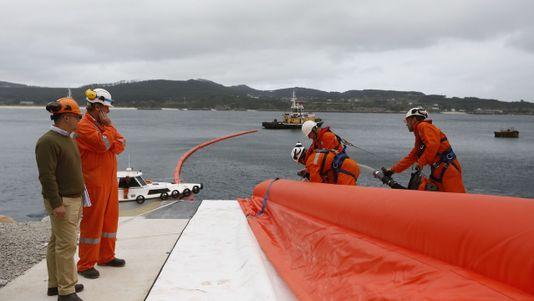 Simulacro por si un buque pierde fuel en el puerto de San Cibrao