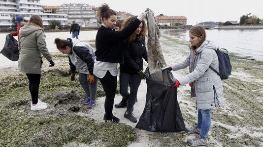 Los alumnos de Baiona limpian sus playas