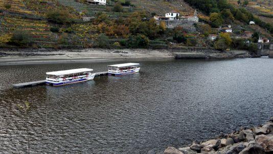 El Miño deja barcos embarrancados en Chantada por la sequía