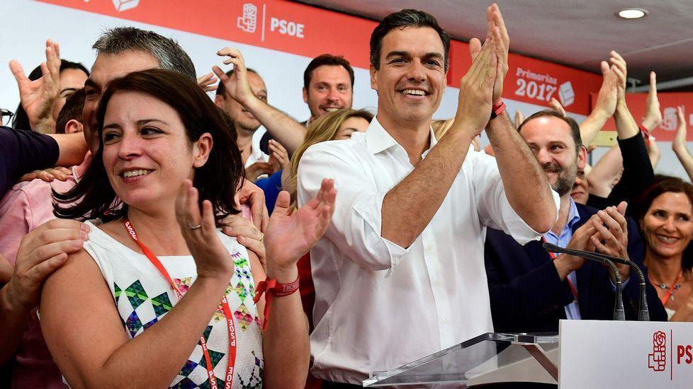 .Adriana Lastra, a la izquierda de Pedro Sánchez
