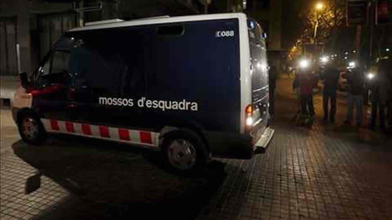Detenido por robo y agresión un integrante de La Manada.Cartel contra las agresiones machistas de El Carmín