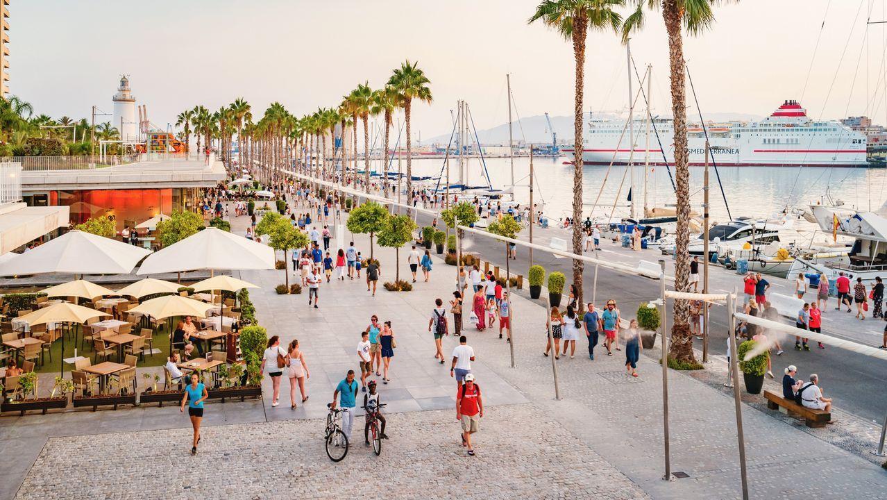 Málaga. Málaga elaboró un plan especial para el puerto a finales del siglo pasado y apostó, entre otras cosas, por edificios singulares como el centro Pompidou, además de promover usos culturales, educativos, comerciales y de ocio y restauración.
