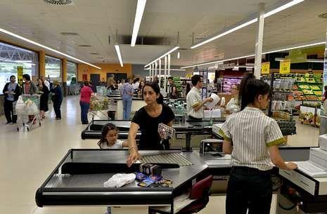 En el polígono de Cee solo está construida la nave del supermercado Mercadona.