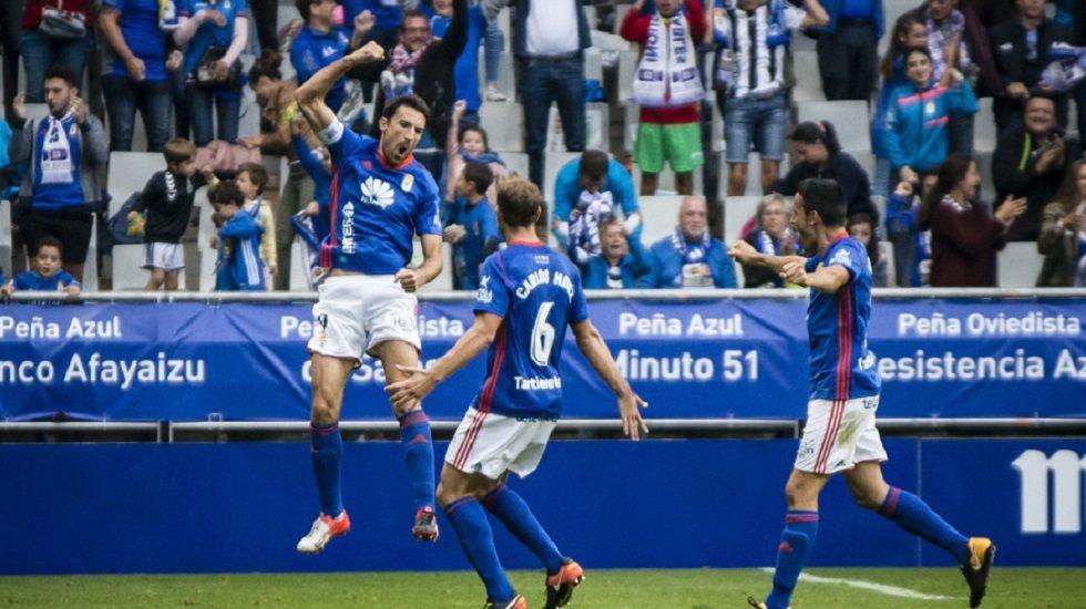 Toche Costas Horizontal.Toché celebra su gol al Cádiz con Carlos Hernández y Folch