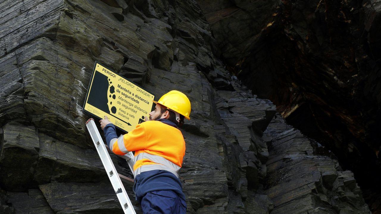 Colocación de las señales de peligro en las cuevas de la playa de As Catedrais.