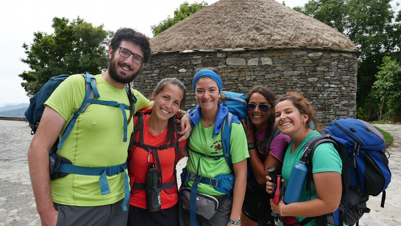 .Un grupo de italianos que peregrina hacia Santiago, felices por estar ya en O Cebreiro