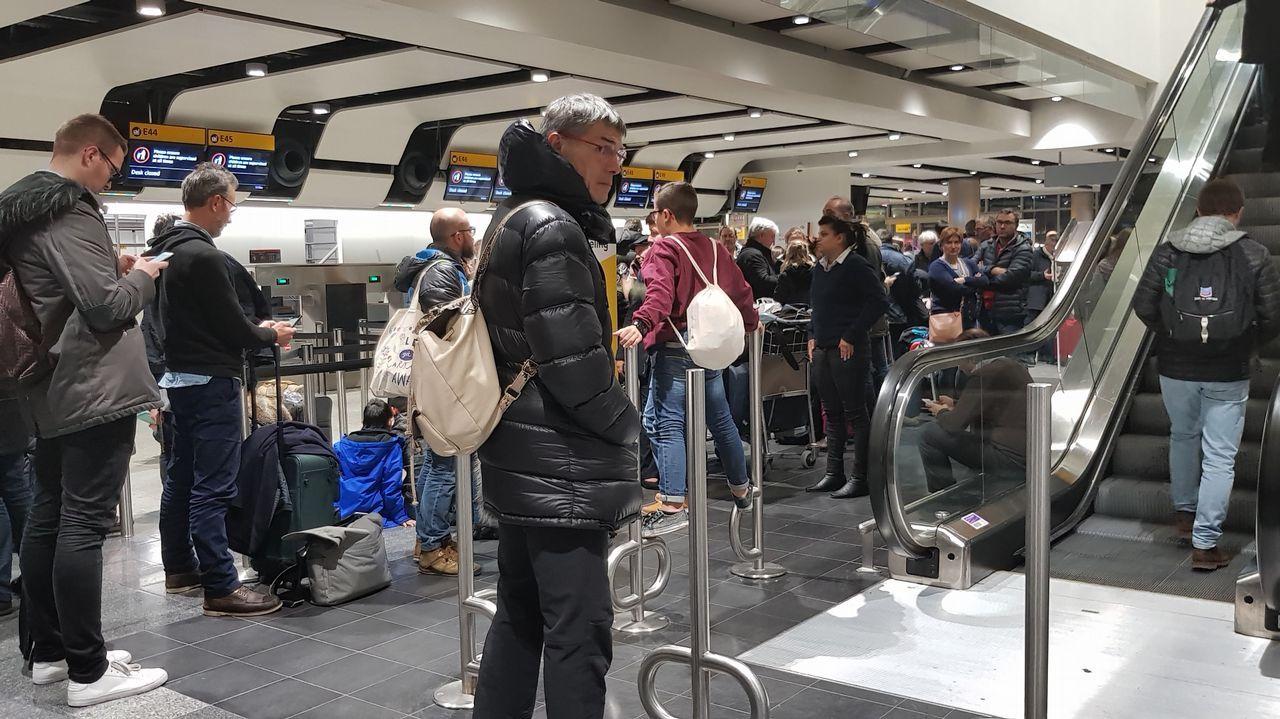 Los afectados: «No es lógico que no nos coloquen en otros vuelos».Museo Carlos Maside y Cerámicas Castro