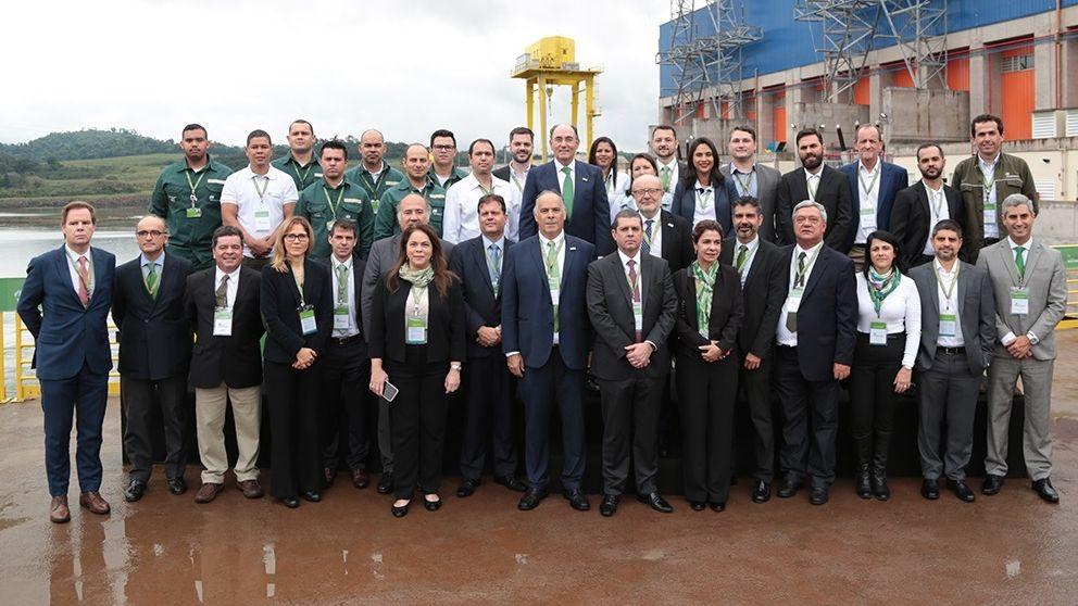 Así esla plantaque BMW acaba de inaugurar en México.Ignacio Sánchez Galán, en el centro de la imagen, posa con trabajadores de la central brasileña