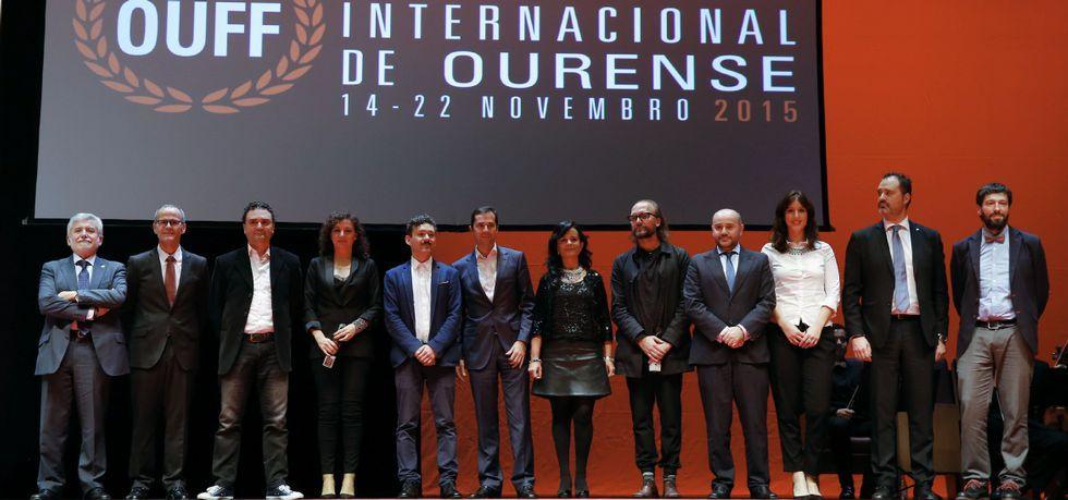 Siguiendo los pasos de un artista.Premiados, jurado, organización, autoridades y patrocinadores en la foto de clausura de la vigésima edición del OUFF.