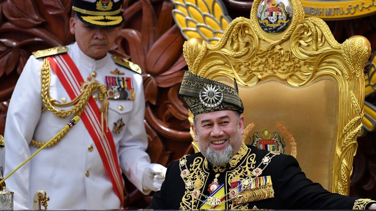 El rey de Malasia se prepara para ofrecer un discurso para la apertura de la sesión parlamentaria