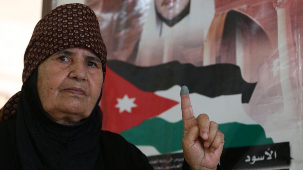 25 muertos en un atentado en El Cairo.Una mujer exhibe la mancha de la pintura en el dedo, con el que se identificó al votar.