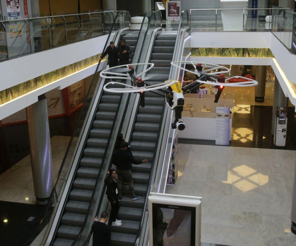 El dron sobrevoló la segunda planta del centro comercial.