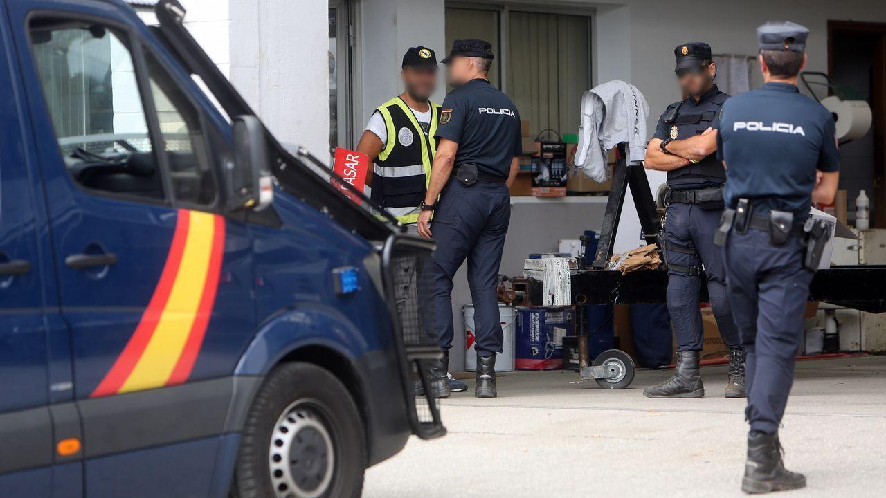 La macrorredada, en imágenes.Un furgón policial en la puerta de la casa de Manuel Charlín