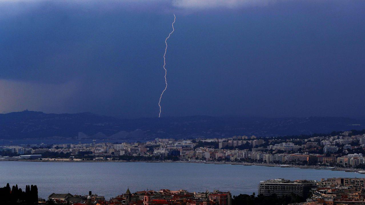 .Un rayo cae sobre la bahía de Anges, en la costa de Niza, en Francia