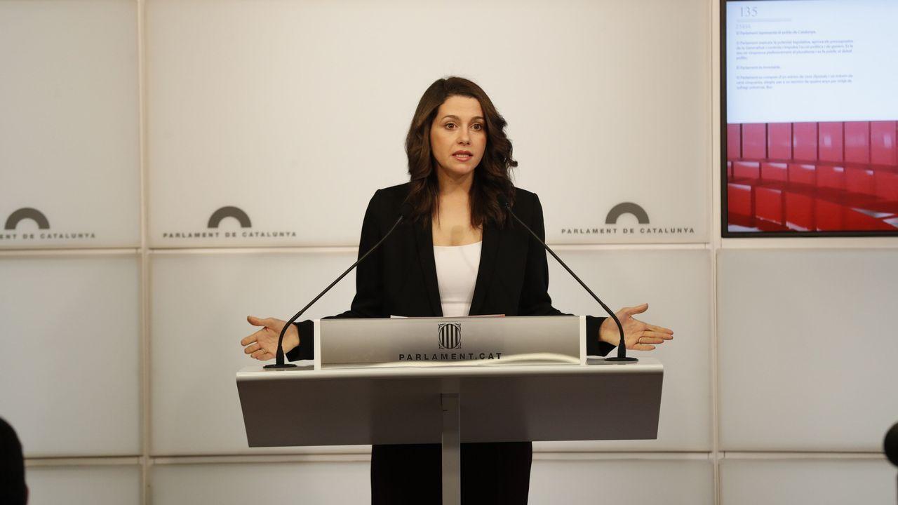 Arrimadas cree que el discurso de Torra es «más leña al fuego».Momento en el que Carlos Carrizosa retira un lazo amarillo colocado en el banco del Govern