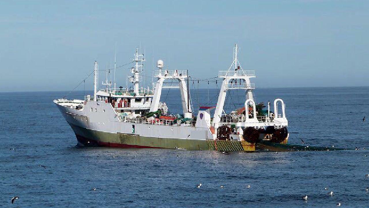 Argentina apresa un barco gallego por pesca ilegal.La escultura 'La madre del emigrante', en Gijón