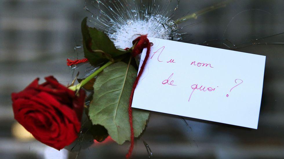Una rosa colgada a través del agujero de la cristalera de uno de los establecimientos tiroteados en París.