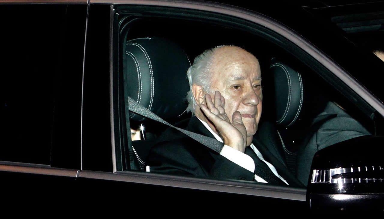 Amancio Ortega saluda tras salir de su domicilio en el Paseo de la Dársena