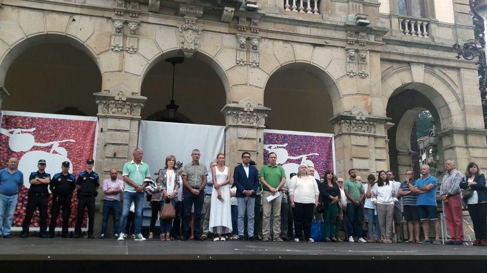 Minuto de silencio frente al Ayuntamiento de Villaviciosa por los atentados en Cataluña.Minuto de silencio frente al Ayuntamiento de Villaviciosa por los atentados en Cataluña